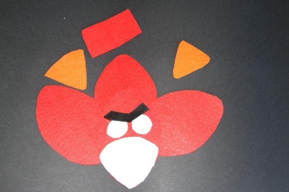 Fieltro recortado para hacer un Angry Birds rojo