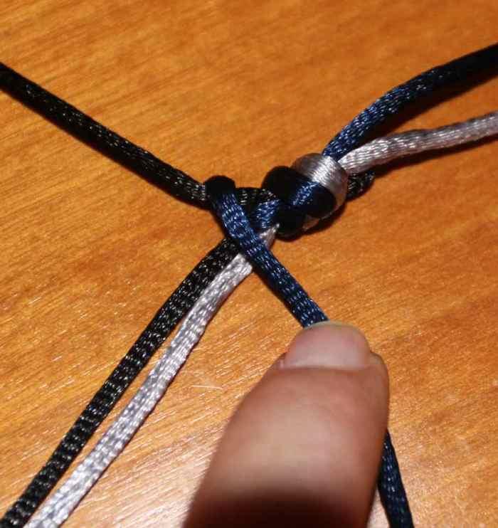 Pulsera de hilos con cola de ratón