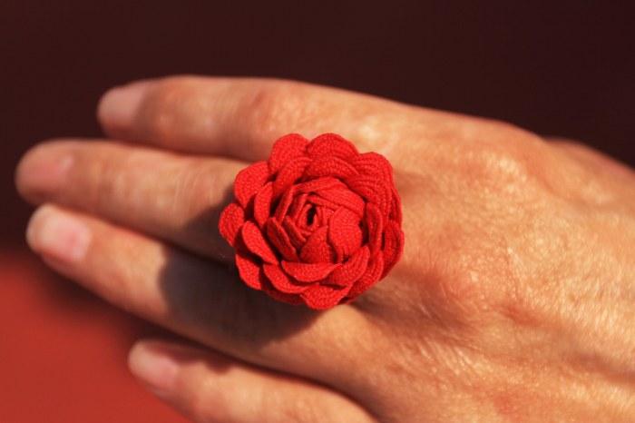 Cómo hacer un anillo con forma de flor con picolina 2