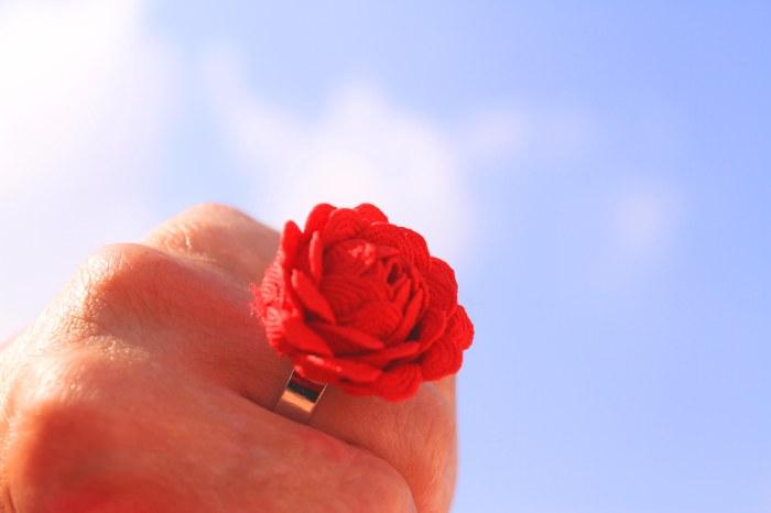 Cómo hacer un anillo con forma de flor con picolina